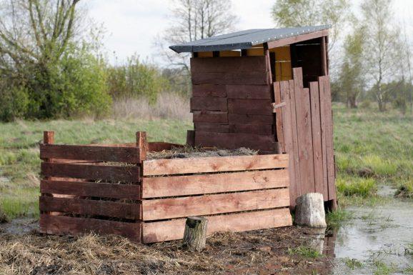 drewniany kompostownik, kompost, wychodek
