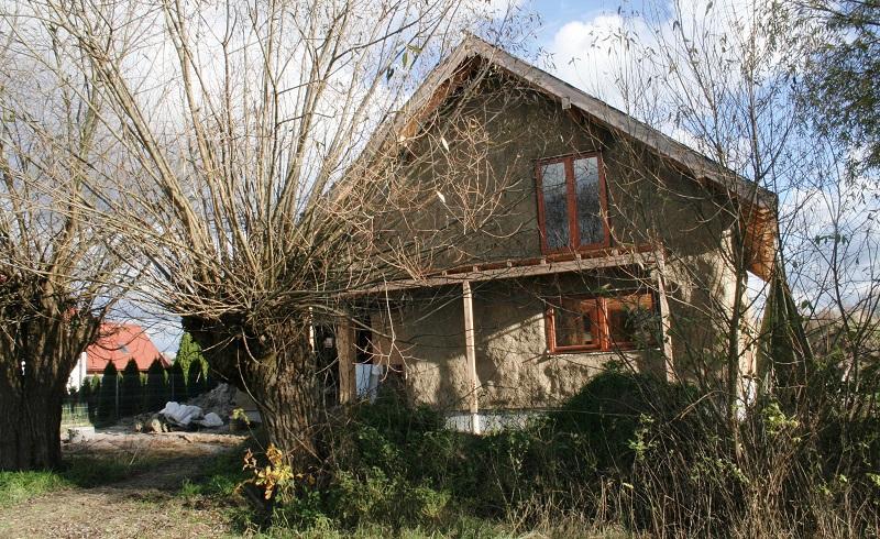 naturalny dom ze słomy i gliny