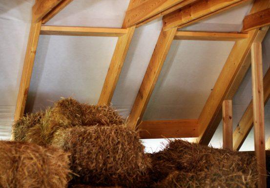 połączenie ściany z dachem - jak to zrobić dobrze w przypadku ścian ze słomy