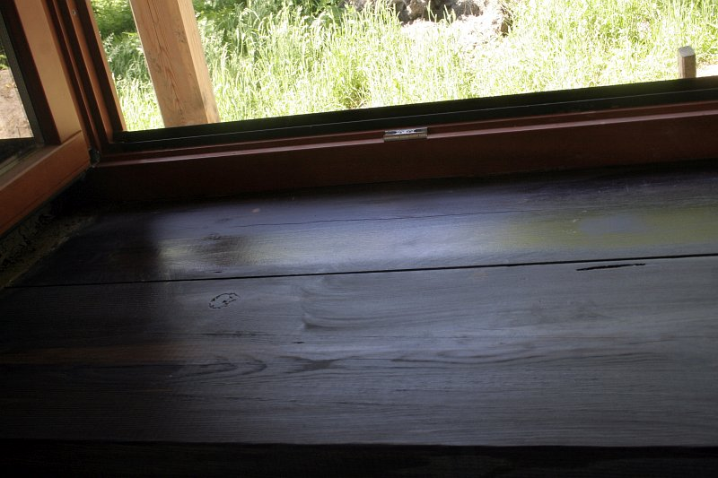 czarny parapet drewniany