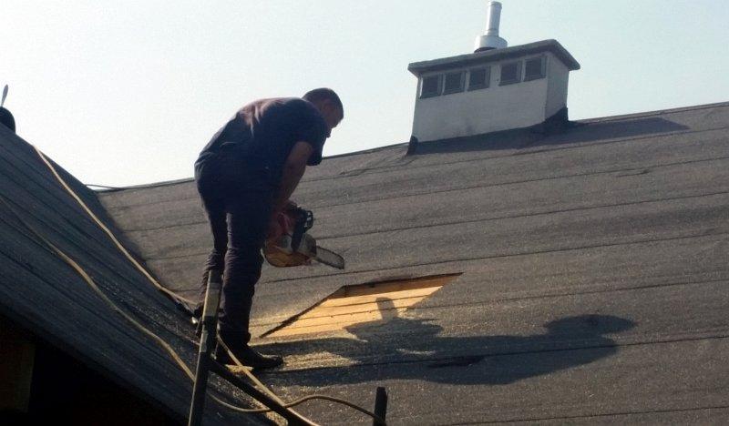 wycinanie dziury pod okno dachowe