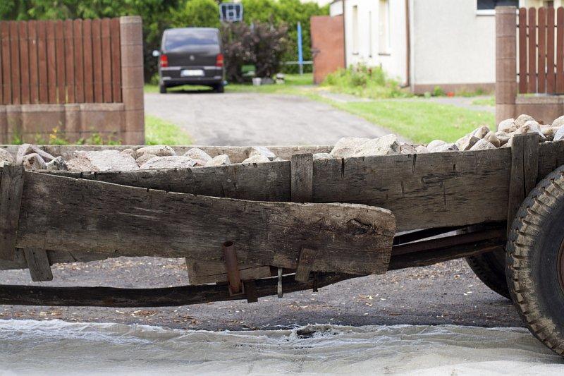 kamienie, drewniany wóz