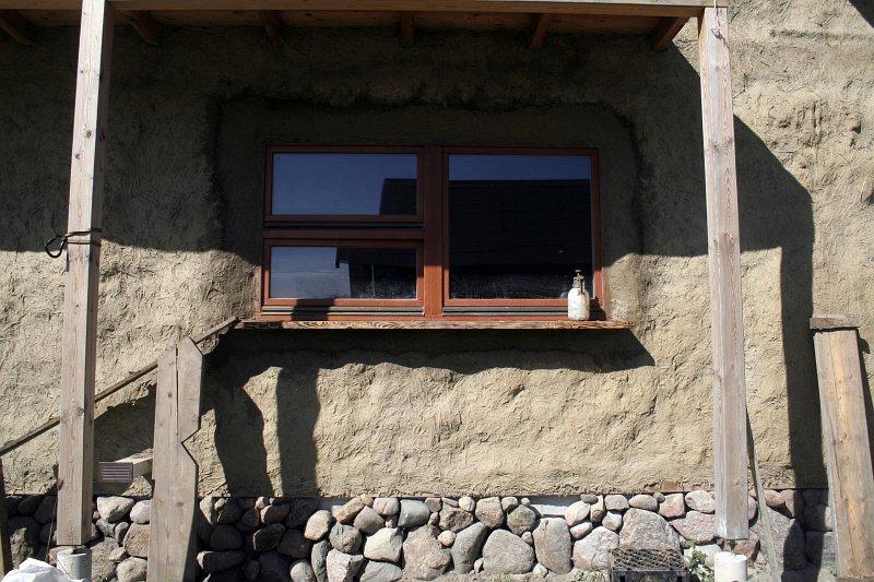 budowa słomiano-glinianego domu, kamienny cokół