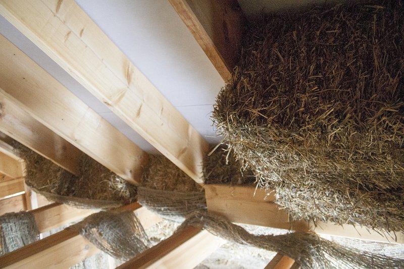 ocieplanie dachu słomą, budowa słomiano-glinianego dachu