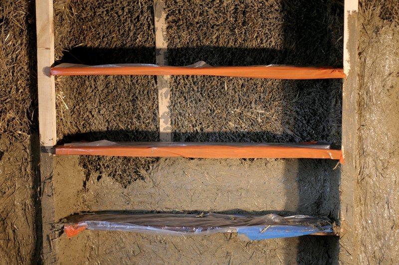 tynkowanie gliną za wbudowanymi półkami