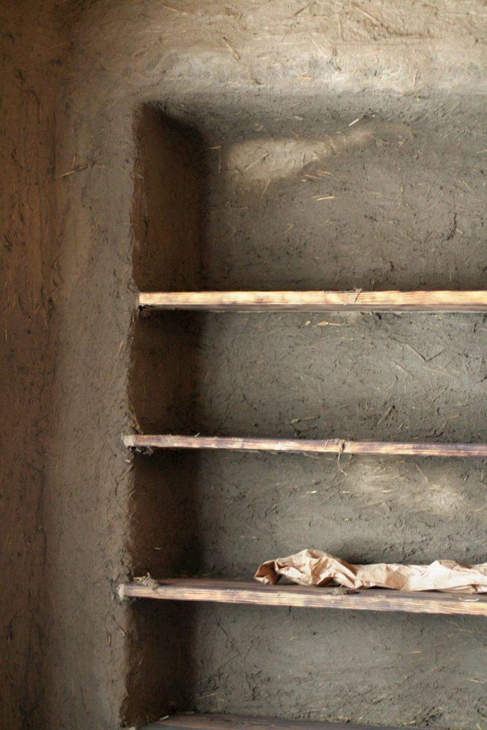 półki w glinianym tynku