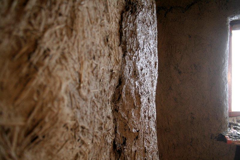 krzywa ściana, tynk gliniany