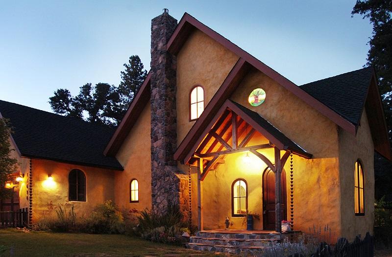 Energooszczędny dom z kostek słomy przez StrawBale Walls i American Clay Plaster. Fot. American Clay Enterprises, CC, BY-NC-ND 2.0