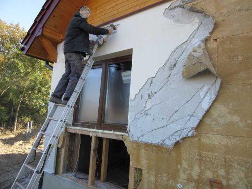 rozbieranie ściany ze słomy wykonanej przez członka OSBN