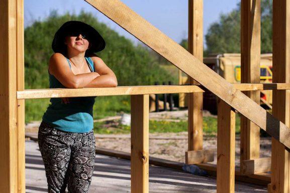 wolne naturalne budowanie domu ze słomy i gliny