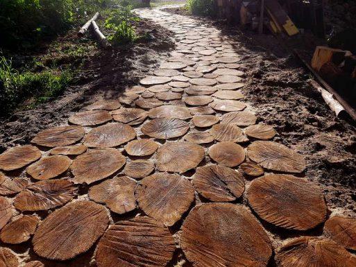 drewniana ścieżka, naturalnie kręta